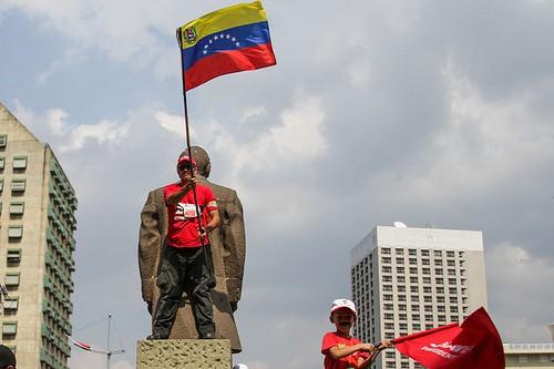 Maduro supporters wave the Venezuelan flag. (Photo: Joka Madruga/ Creative Commons/ Flickr)