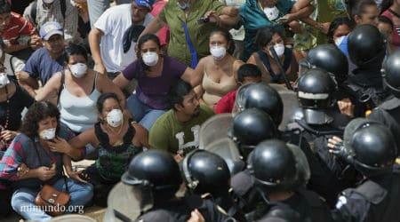 A community roadblock 'La Puya' in Guatamala resists the El Tambor mine. Credit: mimundo.org