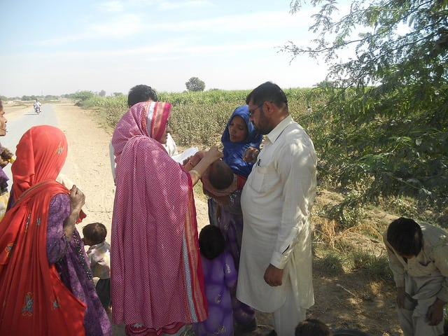 Vaccinating Children Against Polio in Pakistan. (photo: CDC Global @ flickr.cc)
